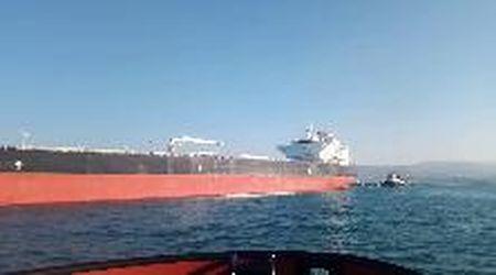 Rimorchiatori in azione nel Golfo di Trieste per portare al largo la petroliera Aurviken
