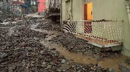 Maltempo in Sardegna, le immagini dopo l'alluvione a Bitti: massi e fango sfiorano i balconi al primo piano