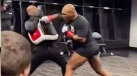Tyson di nuovo sul ring: fasciature e riscaldamento prima dell'incontro