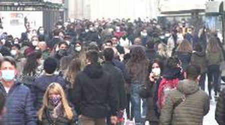 Lombardia zona arancione, il centro di Milano si ripopola: folla nelle vie principali e file davanti ai negozi