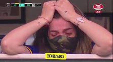 Maradona: il pianto della figlia Dalma sufgli spalti della Bombonera, dopo la dedica del gol del Boca Juniors