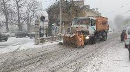 Trieste, forte nevicata a Basovizza: lo spazzaneve in azione