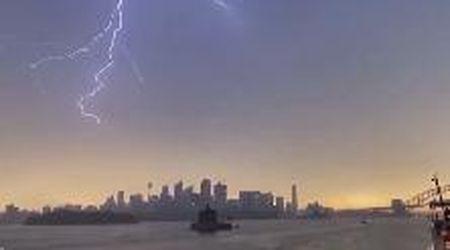 Tempesta a Sydney: i fulmini sono centinaia e uno incendia un campanile storico