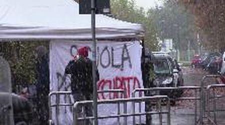 Scuola, dad sotto la neve a Milano: studenti a lezione con tè caldo e guanti