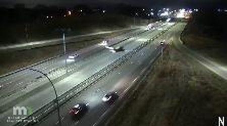 Paura in Minnesota, aereo costretto ad atterraggio d'emergenza in autostrada: nessun ferito