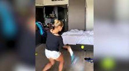 Australian Open, l'allenamento in quarantena della tennista nell'hotel a Melbourne
