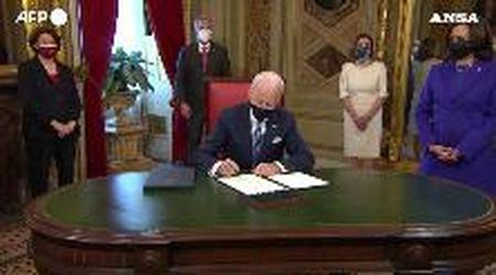 Inauguration Day, Biden firma i suoi primi documenti ufficiali come presidente Usa