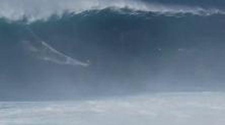 Hawaii, impresa del surfista italiano Francisco Porcella: cavalca un'onda alta 16 metri