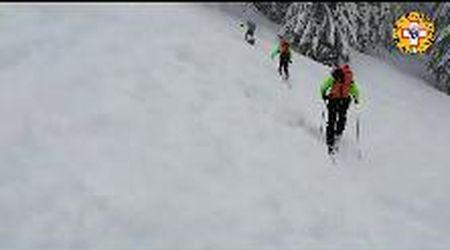 Il soccorso alpino tra muri di neve alla ricerca di scialpinisti dispersi