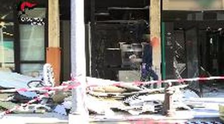 La miccia esplosiva e il bancomat che salta in aria: le telecamere riprendono gli assalti agli sportelli