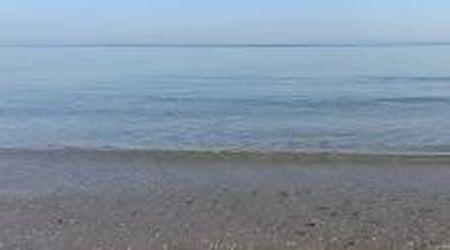 Acqua cristallina e mare piatto sul litorale veneto