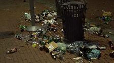Assembramenti a Milano, la distesa di bottiglie lungo la Darsena dopo l'aperitivo-rave