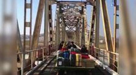 Corea del Nord, voli bloccati per pandemia: diplomatici russi tornano a casa spingendo carrello a mano