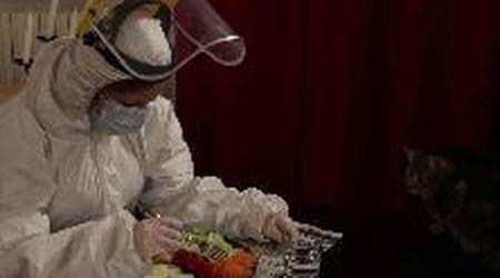 A cena e a letto con lo scafandro, il video surreale dell'infermiere di Bologna