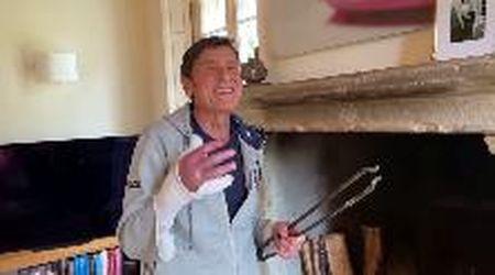"""Gianni Morandi alle prese col caminetto, la moglie lo rimprovera: """"Non scherzare col fuoco"""""""