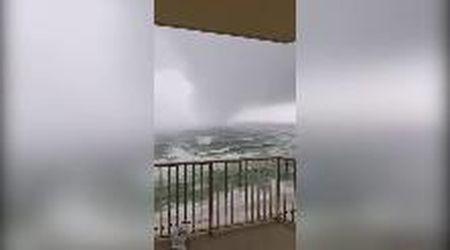 Usa, dal mare si avvicina un pauroso tornado: volano sedie e tavoli dal balcone