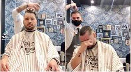 La solidarietà del barbiere: si rasa i capelli mentre li taglia all'amico malato di tumore