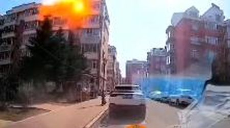 Cina, fuga di gas dall'appartamento: il momento dell'esplosione ripreso dalla dashcam di un'auto