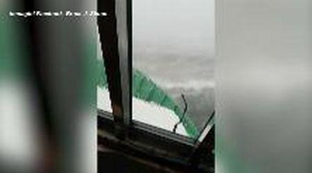 Usa, nave si capovolge nel Golfo del Messico: l'imbarcazione dei soccorritori in balia delle onde