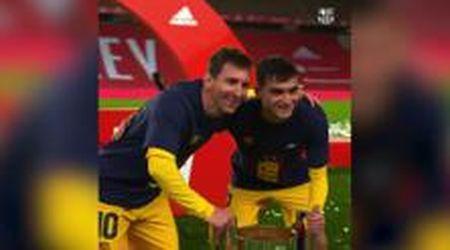 Barcellona, la fila dei giocatori per fare la foto con Messi e la Coppa che spaventa i tifosi