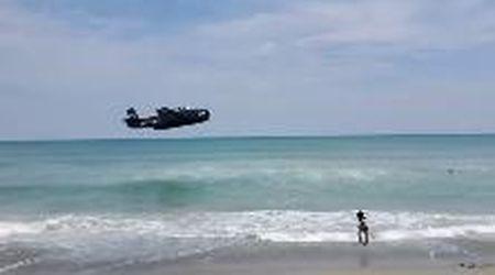 Usa, guasto durante l'esibizione: aereo della Seconda guerra mondiale atterra tra i bagnanti
