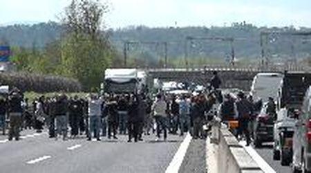 """A1, i ristoratori bloccano l'autostrada: """"Vogliamo lavorare!"""""""