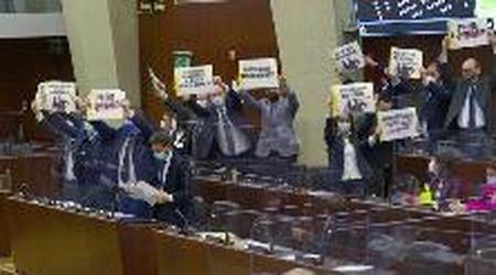 """Vitalizio a Formigoni, """"Basta dané ai condannati"""": la protesta dei Cinque stelle in Consiglio regionale lombardo"""