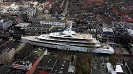 """Le manovre """"impossibili"""" del superyacht di 94 metri 'Viva', passa al centro delle città olandesi tra i canali"""