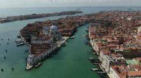 Il drone sorvola San Marco e la Salute: Venezia, bellezza senza tempo