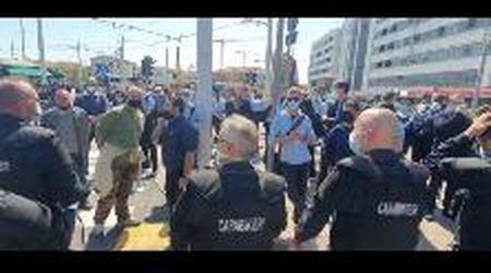 Venezia, sciopero dei lavoratori Actv, tensione con la polizia e carabinieri
