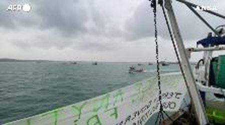 Gb, i pescherecci francesi protestano al largo della costa del Jersey