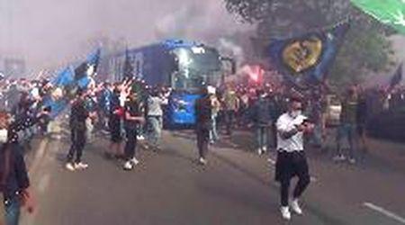 Festa scudetto Inter, l'arrivo del pullman della squadra a San Siro: l'accoglienza dei tifosi