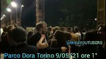 Balli e musica al Parco Dora di Torino: in centinaia festeggiano senza mascherina oltre il coprifuoco
