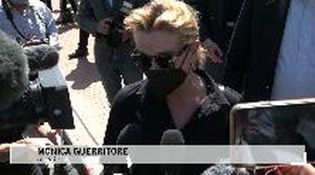 """Pistoia, Monica Guerritore al funerale di Luana: """"Tradita dalla sicurezza che cercava"""""""