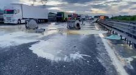 Incidente in autostrada a Parma: carreggiata invasa dal materiale di carico