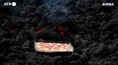 """Guatemala, la pizza cotta sulla lava: lo chef sfrutta il """"forno a magma"""" del vulcano Pacaya"""