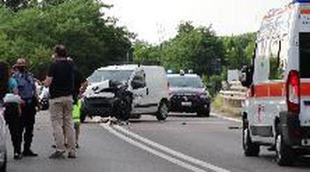 Pavia, si schiantano in tangenziale col furgone rubato e scappano nei campi