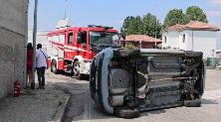 Vigevano, auto speronata si ribalta sulla strada