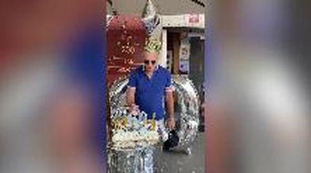 """Non cincischi, soffi"": compleanno a sorpresa per Paolo Bonolis al bar di Ponte Milvio"