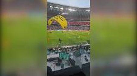 Euro2020, panico prima di Germania-Francia. Un paracadutista di Greenpeace plana sullo stadio