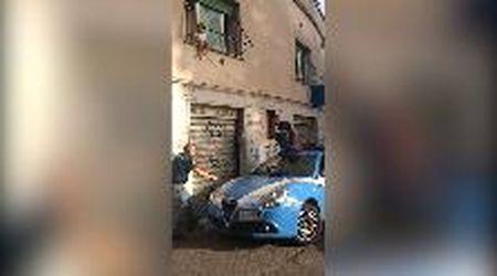Roma, bambina di due anni si siede sul davanzale della finestra salvata dalla polizia