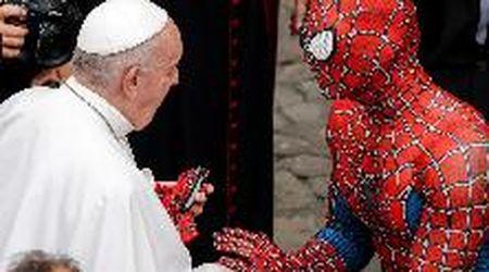 Tra i fedeli all'udienza del Papa in Vaticano spunta una persona travestita da Spiderman