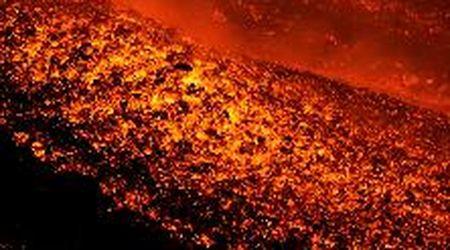 Etna, a pochi metri dalla lava: le immagini ravvicinate della nuova eruzione