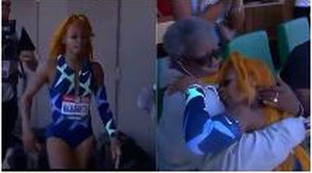 Vince i 100 metri e si qualifica alle Olimpiadi, l'atleta continua a correre: l'abbraccio alla nonna