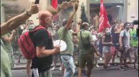 Firenze, vertenza Gkn: così i lavoratori sotto la prefettura. L'azienda: avanti con i licenziamenti