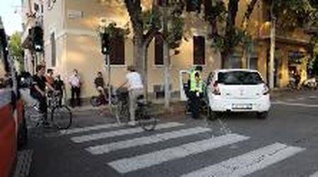 Modena, Buon Pastore-Sigonio: auto aggancia bici e la trascina per metri