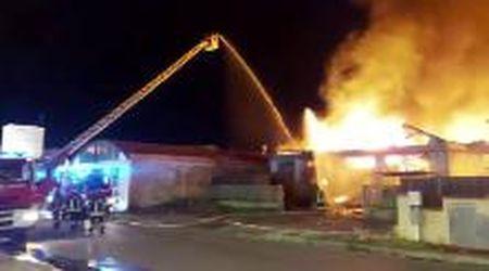 Maxi-rogo a Montermurlo, i vigili del fuoco al lavoro per contenere i danni