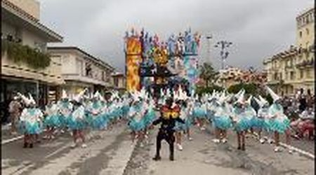 La pioggia rovina il secondo corso del Carnevale di Viareggio