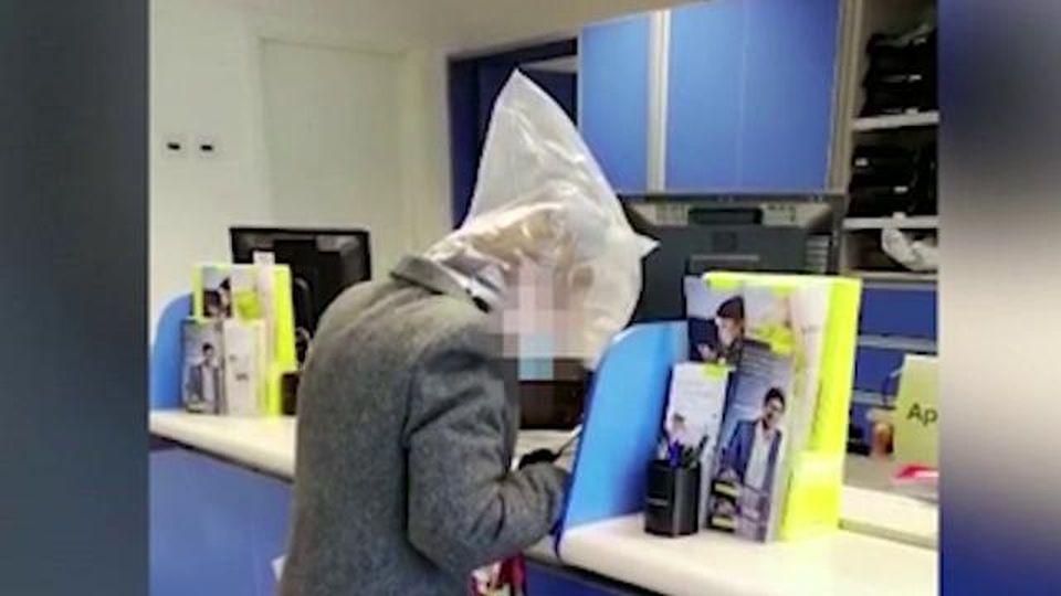 Coronavirus, alle Poste con la busta di plastica in testa per proteggersi dal contagio