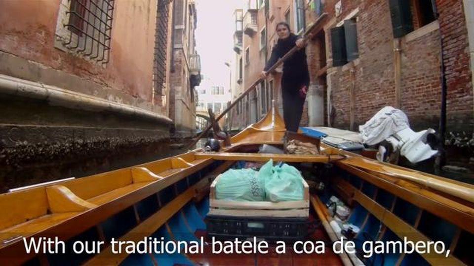 Coronavirus, per i canali sulla barca storica: così si consegna frutta e verdura a Venezia